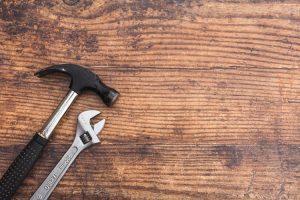 marteau et clé pour construction