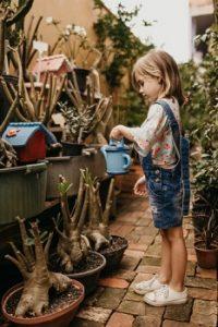 un enfant dans son jardin
