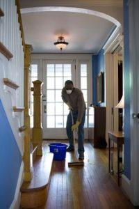 un homme entrain de nettoyer